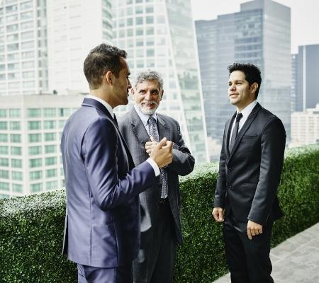 Elegancko ubrane rozmowy podczas rozmowy
